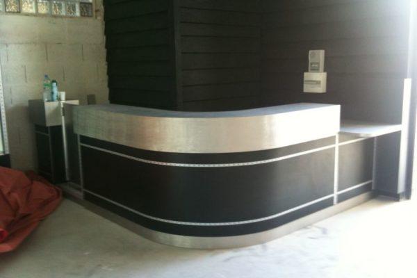 Grand comptoir caisse réalisé pour salle de jeux